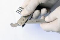 Remise en forme initiale de l'écarteur à l'aide de la clé KE001